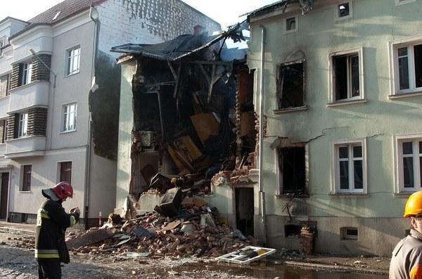 Zniszczona kamienica przy ul. Krasińskiego w Słupsku.W niedzielę nad ranem doszło do wybuchu gazu oraz pożaru, które doprowadziły do częściowego zawalenia się budynku. Ewakuowano 23 osoby. Troje mieszkańców trafiło do szpitala z objawami zatrucia dymem. Ze wstępnych ustaleń policji wynika, że do wybuchu mogło dojść na skutek uszkodzenia znajdującej się na zewnątrz budynku skrzynki gazowej przez przejeżdżający samochód /fot. Jan Dzban