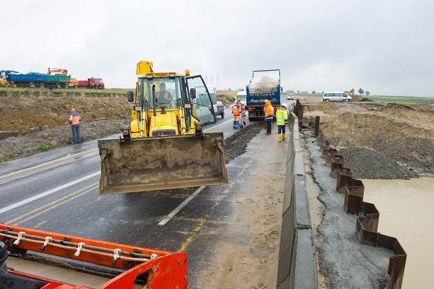 Wybudowanie drogi nie jest wcale prostą sprawą /PAP