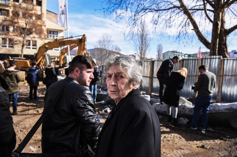 Wyburzanie muru w Kosowskiej Mitrovicy /AFP