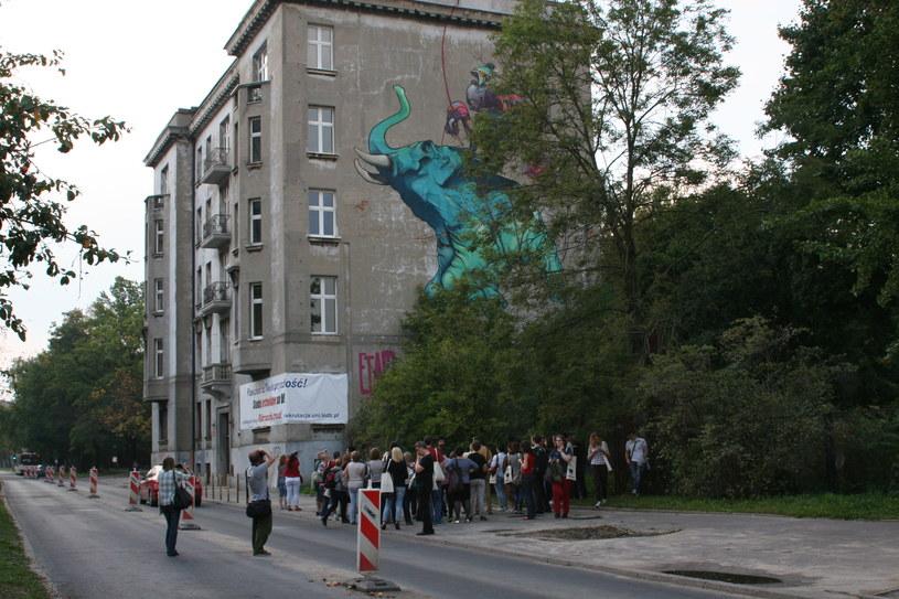 Wycieczka szlakiem łódzkich murali ogląda obraz wykonany przez Etam Crew /Ewelina Karpińska-Morek /INTERIA.PL