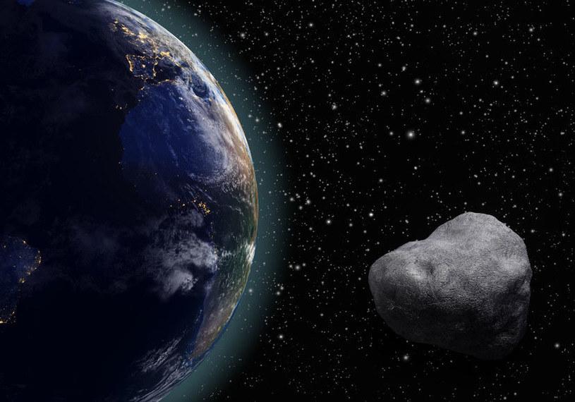 Wydłużona orbita asteroidy 2012 TC4 budzi obawy naukowców /123RF/PICSEL