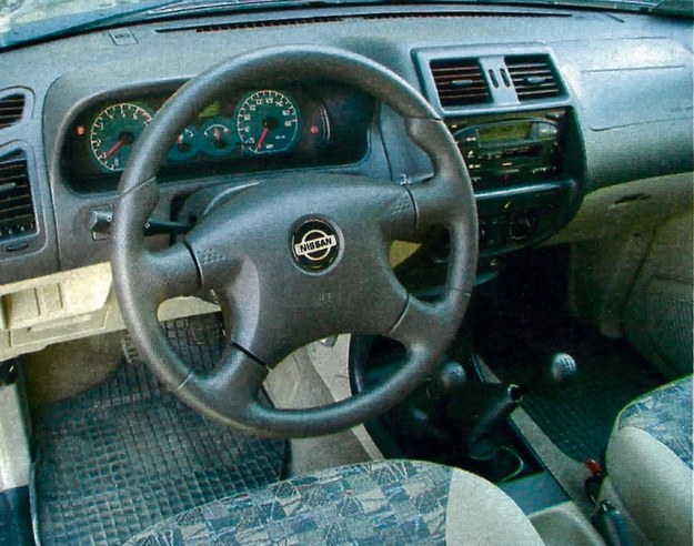 Wygląd kokpitu nie zachwyca nowoczesnością ani też rewelacyjną jakością wykonania. Przyciski rozmieszczono w miarę ergonomicznie. /Motor