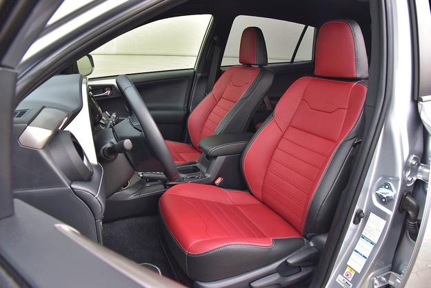 Wygodna pozycja i obszerne, aczkolwiek płaskie fotele ze skokową regulacją oparcia. /Motor