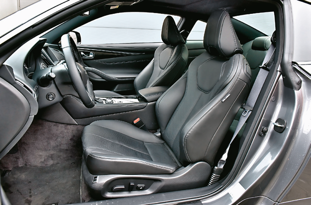 Wygodne fotele z wszechstronną regulacją (m.in. szerokość podparcia boków), ale przeciętna ilość miejsca. /Motor