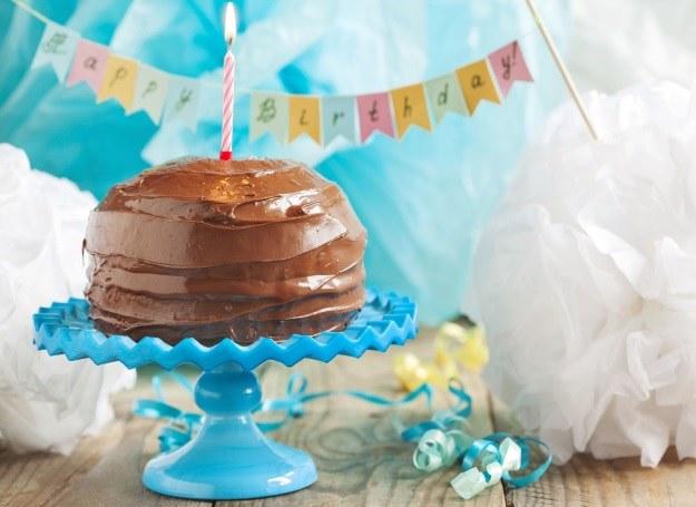 Wyjątkowy torcik z czekoladową polewą /123RF/PICSEL