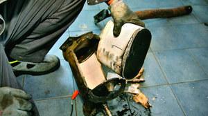 Wyjęcie wkładu filtra ze środka jego obudowy. /Motor