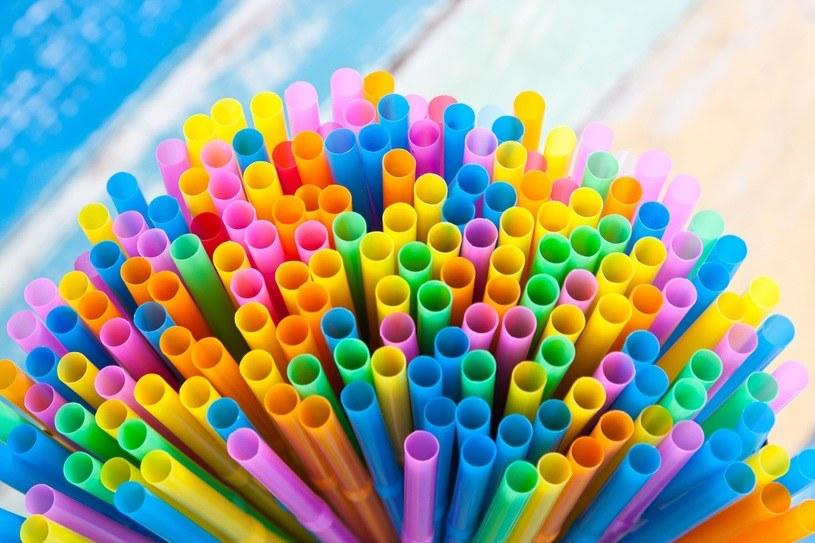 Wykorzystaj słomki do kreatywnej zabawy z dzieckiem /123RF/PICSEL