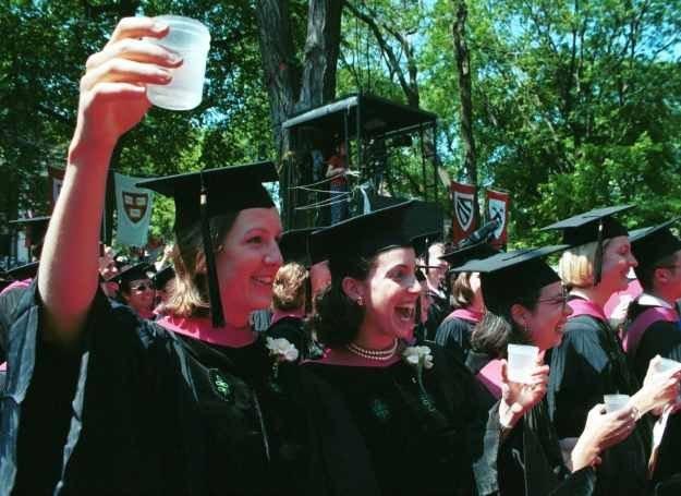 Wykształcone kobiety częściej sięgają po alkohol /Getty Images/Flash Press Media