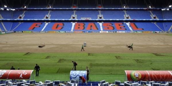 Wymiana murawy na stadionie St. Jakob Park w Bazylei /AFP