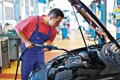 Wymiana oleju co 10-15 tys. km to najlepszy prezent dla każdego silnika. /Motor