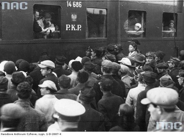 Wymiana więźniów politycznych na stacji w Stołpcach (rok 1932) /Z archiwum Narodowego Archiwum Cyfrowego