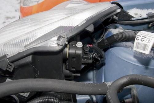 Wymiana żarówek – wbrew pozorom dostęp nie jest wcale zły, trzeba tylko poluzować śruby mocujące i odgiąć reflektor. /Motor