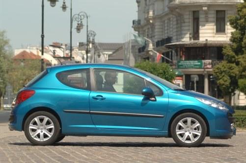 Wymiary (3d, 5d): dł.: 403 cm, szer.: 175 cm, wysokość: 147 cm, rozstaw osi: 254 cm, pojemność bagażnika: 270-1195 l. /Motor
