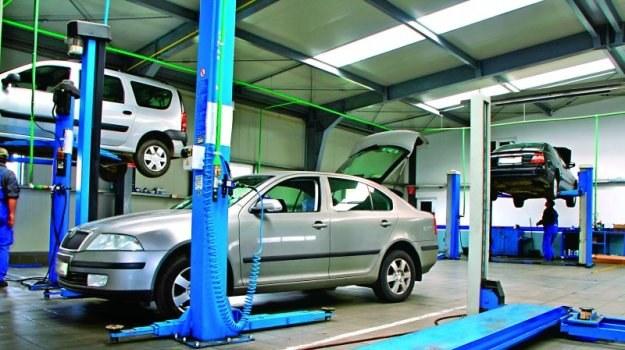 Wynajęcie podnośnika w warsztacie ułatwia przeprowadzenie samodzielnych napraw auta. /Motor