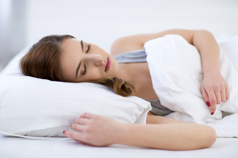Wyniki badań dowodzą, że długość snu ma wpływ na skłonność do tycia /123RF/PICSEL