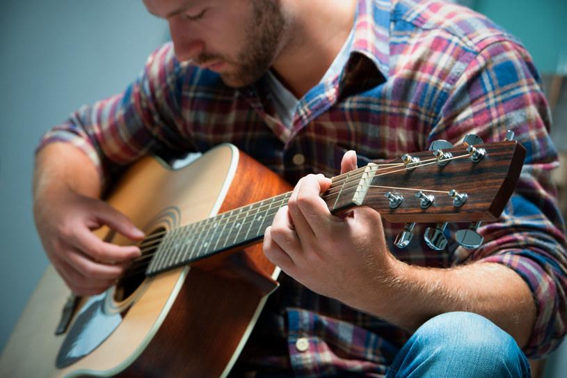 Wyniki pokazały, że pod wpływem muzyki kobiety faktycznie oceniają twarze mężczyzn jako bardziej atrakcyjne /©123RF/PICSEL
