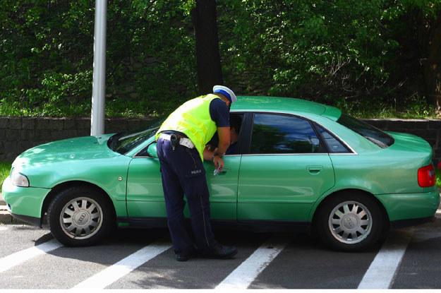 Wyobraźcie sobie, że zostaliście zatrzymani przez policyjny patrol, którego załoga twierdzi, iż jechaliście z nadmierną prędkością, wielokrotnie przekroczyliście linię ciągłą, i  pokazaliście funkcjonariuszom środkowy palec /Fot. Stanisław Kowalczuk /East News