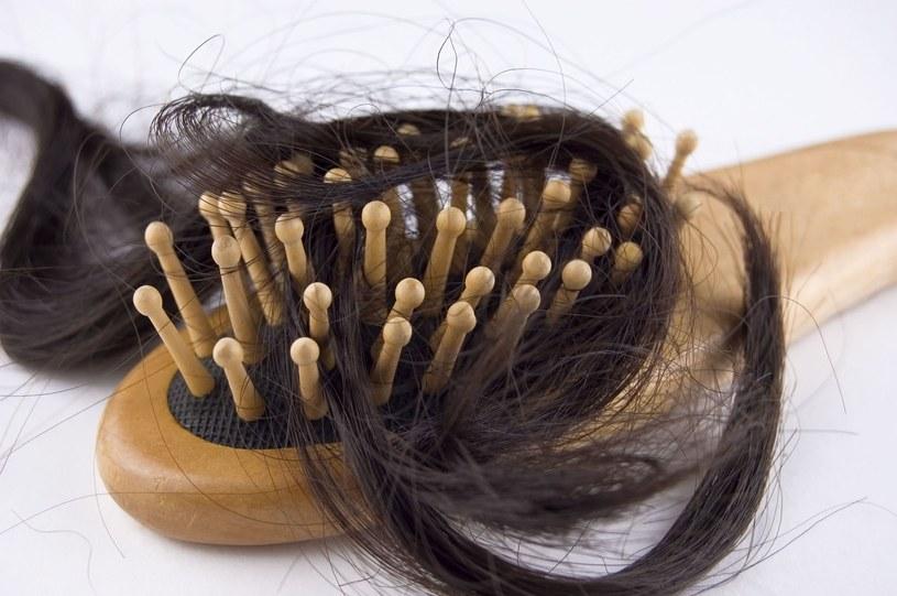 Wypadają ci włosy? To może oznaczać brak biotyny /123RF/PICSEL