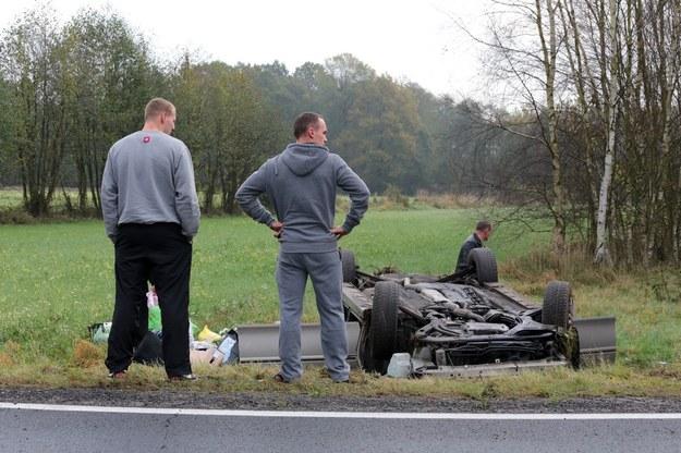 Wypadek drogowy na trasie pod Świdnicą koło Zielonej Góry nazywanej Trasą Śmierci /Fot. Piotr Jedzura /Reporter