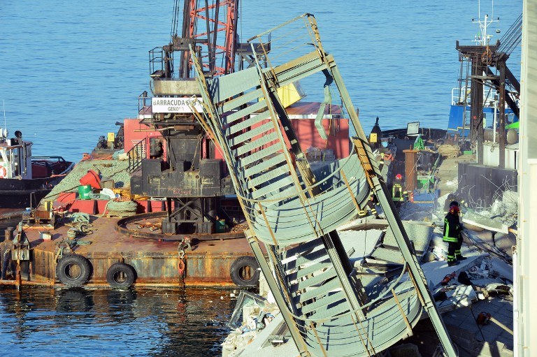 Wypadek kontenerowca w porcie w Genui /AFP