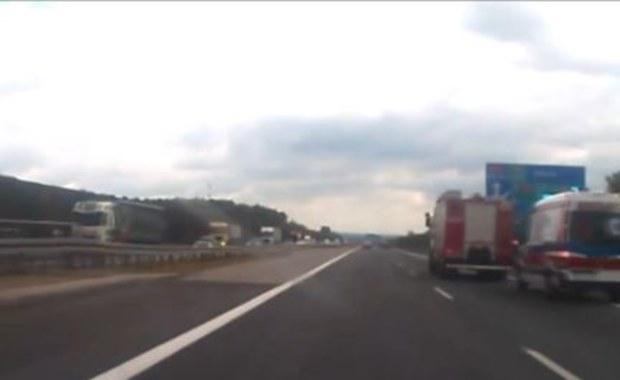 Wypadek na A4. Ciężarówka najechała na tył wojskowego autobusu