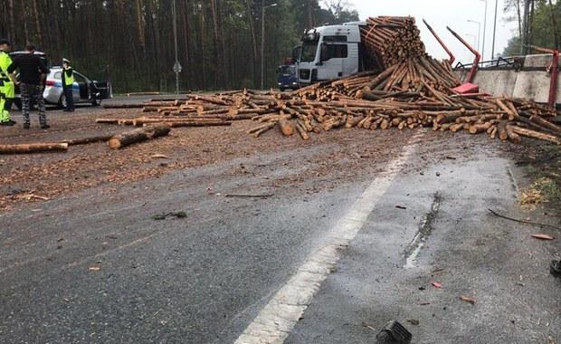 Wypadek na obwodnicy Opola. Osobówka zderzyła się z ciężarówką z drewnem