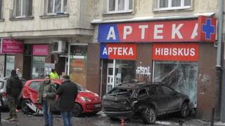 Wypadek w Warszawie. Auto wjechało w aptekę