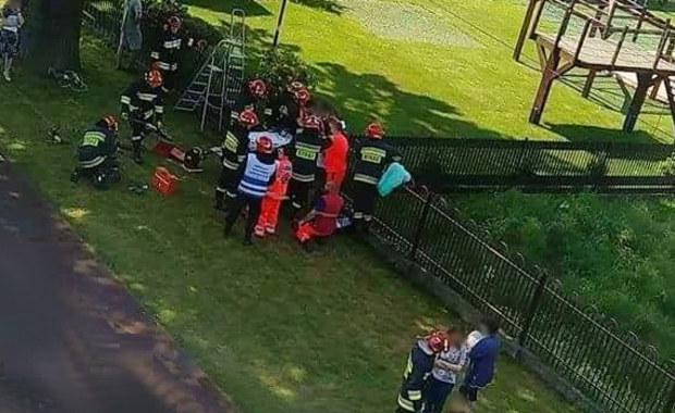Wypadek w Zatorze. 13-latek nabił się na płot