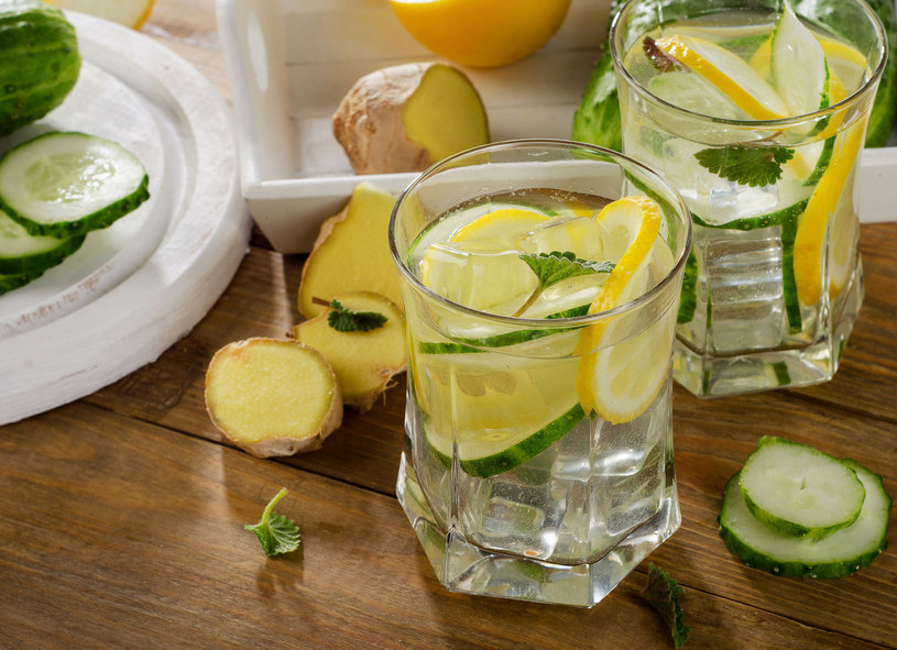 Wypicie szklanki wody z cytryną wpływa bardzo dobrze na trawienie /Picsel /123RF/PICSEL