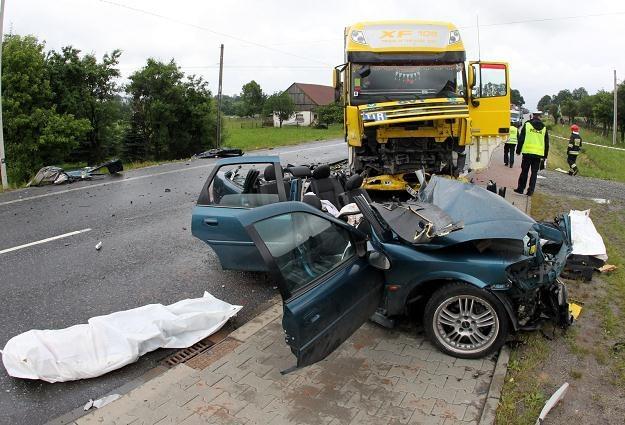 Wypradki z udziałem ciężarówek zwykle kończą się tragicznie /PAP