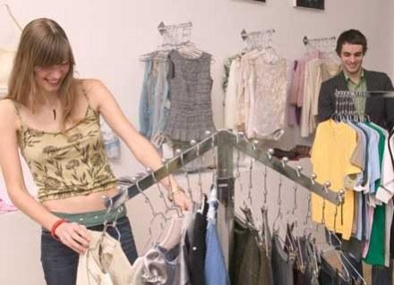 Wyprzedaż to idealna okazja do zdobycia markowych ubrań /ThetaXstock
