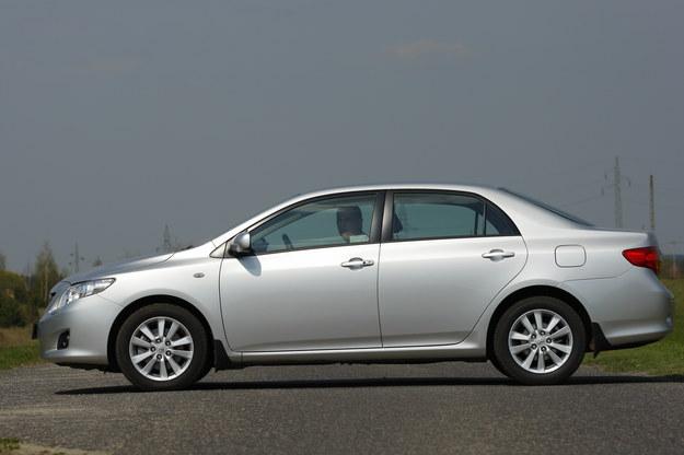 Wyraźnie mniej popularny sedan 4d. Rozstaw osi: 260 cm, długość: 454 cm, szerokość: 176 cm, wysokość: 147 cm. /Motor