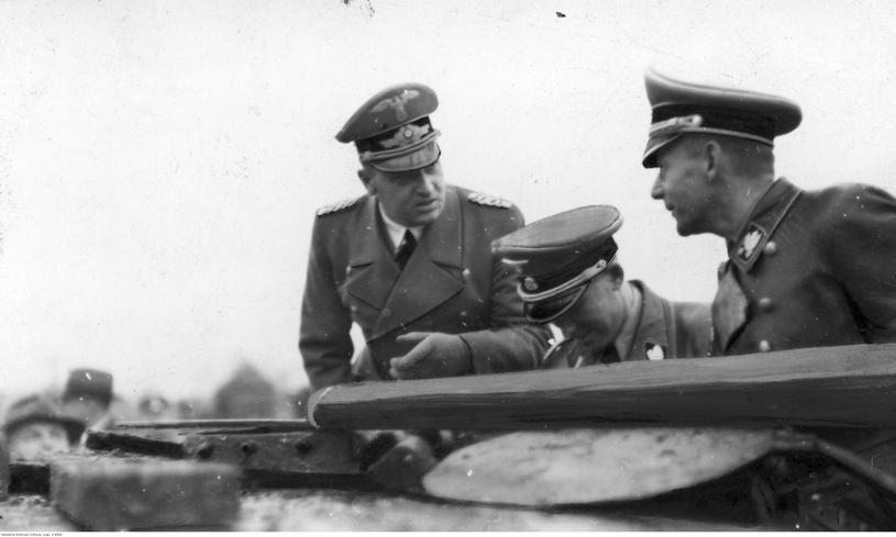Wysocy urzędnicy Generalnego Gubernatorstwa podczas inspekcji na terenach roponośnych w okolicach Jasła. Od lewej: Hans Frank, Otto von Wachter, Friedrich Krüger /Odkrywca