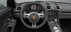 Wysoka jakość, ale ergonomia – nie najlepsza. Kierownicą obszytą Alcantarą to opcja. /Motor