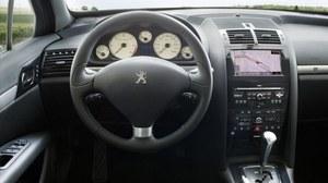 Wysoka jakość materiałów, niezbyt staranny montaż i... przeładowana przyciskami konsola centralna. Czytelność zegarów jest dla odmiany wzorowa. /Peugeot