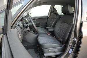 Wysoka pozycja za kierownicą, dużo miejsca. Plus za podłokietniki foteli. /Motor