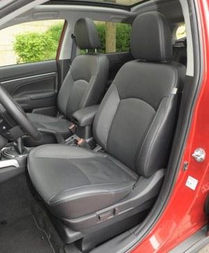 Wysoka pozycja za kierownicą i wygodne fotele o dość małym zakresie regulacji. /Motor