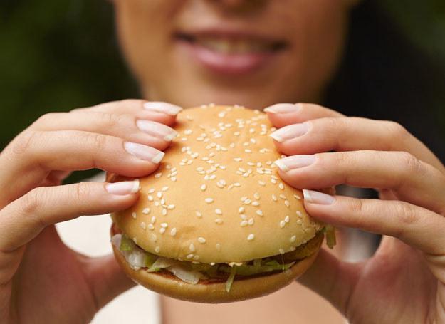 Wysoka zawartość tłuszczu może nieść ze sobą ryzyko uzależnienia /123RF/PICSEL