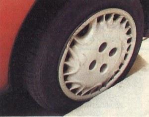 Wysokie miejskie krawężniki są głównym wrogiem kołpaków. Jak widać, w Seicento te ozdobne elementy na szczęście wykonano z wytrzymałego tworzywa. Dodatkowo nie są mocowane na wcisk, lecz przykręcone śrubami kół. Nie grozi więc, że je zgubimy. /Motor