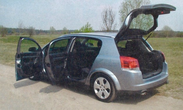 Wysoko unoszona tylna klapa bardzo ułatwia efektywne wykorzystanie bagażnika. /Motor