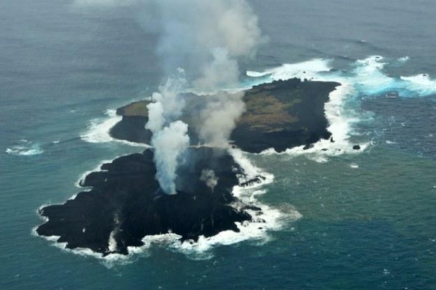 Wyspy przed połączeniem.   Fot. Japan Coast Guard /materiały prasowe
