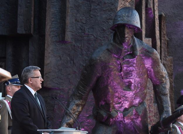 Wystąpienie prezydenta Bronisława Komorowskiego podczas uroczystości przy Pomniku Powstania Warszawskiego /Radek Pietruszka /PAP