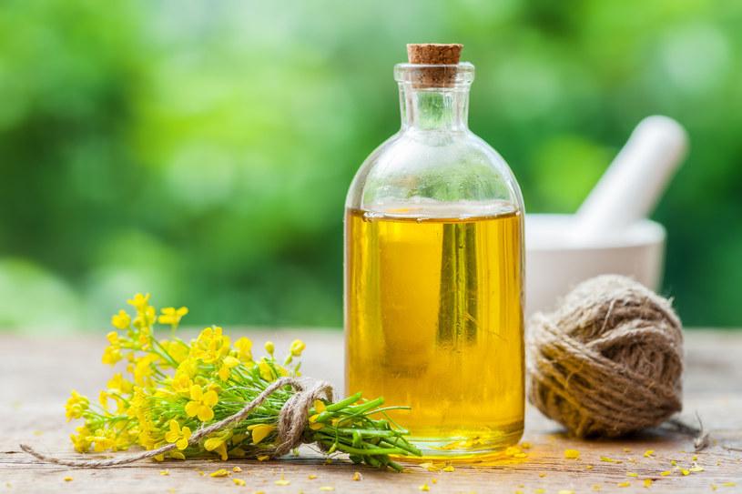 Wystarczą 2 łyżki oleju dziennie, aby zmniejszyć ryzyko miażdżycy oraz zawału /©123RF/PICSEL
