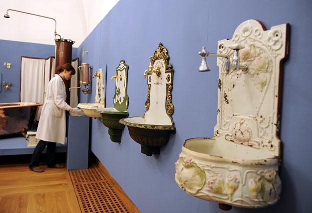 """Wystawa """"Łazienki w stylu retro"""" w Muzeum Okręgowym w Sandomierzu/fot. Piotr Polak /PAP"""