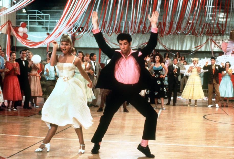 """Występ w musicalu """"Grease"""" w 1978 r., gdzie partnerował Olivii Newton-John, przyniosła mu nominację do Złotego Globu w kategorii najlepszy aktor w komedii lub musicalu / dpa-Film Paramount /PAP/EPA"""