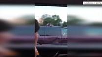 Wystraszony kot jechał na dachu pędzącego samochodu