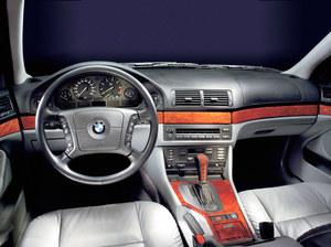 Wystrój wnętrza podstawowej wersji jest raczej ubogi. Zupełnie inaczej prezentuje się kokpit najlepiej wyposażonej odmiany BMW serii 5. /BMW