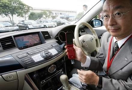 """Wysyłanie SMS-ów może być groźniejsze niż jazda """"po kieliszku"""" /AFP"""