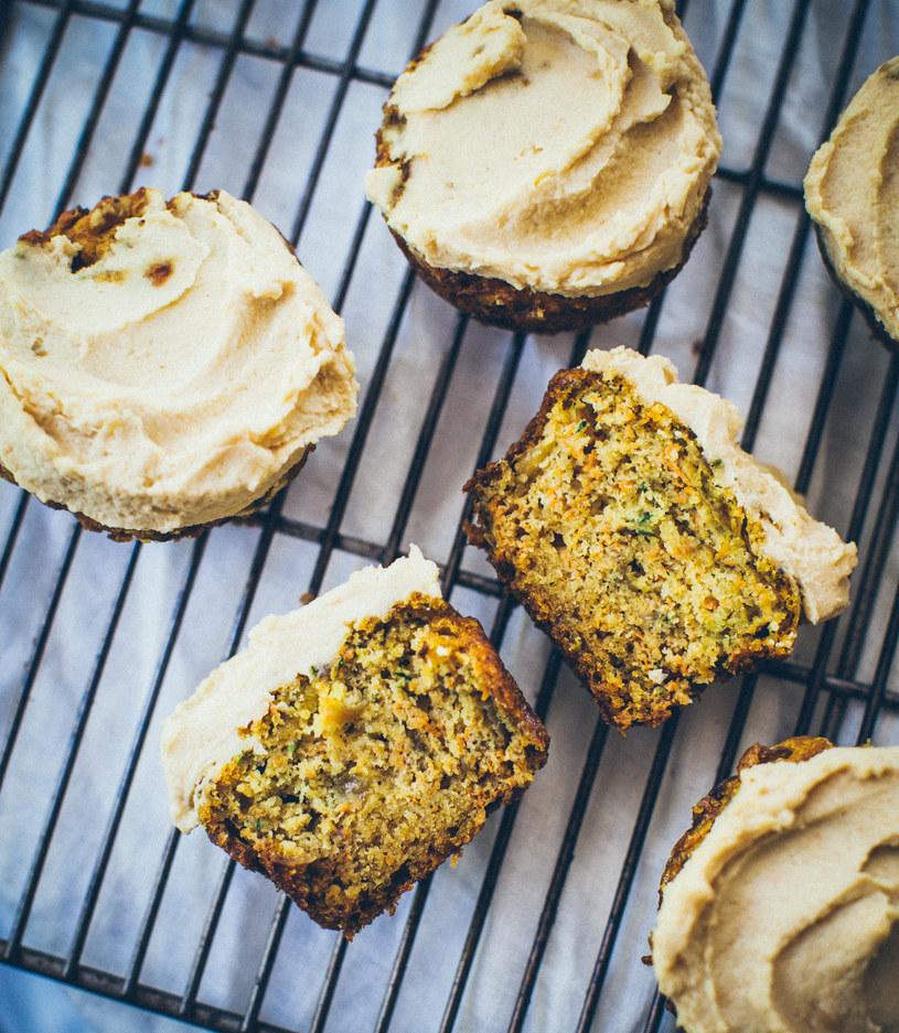 Wytrawne muffinki marchewkowo-cukiniowe /materiały prasowe
