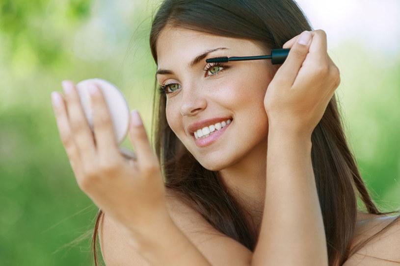 Wytuszowanymi rzęsami można skorygować kształt oka, np. powiększyć je /123RF/PICSEL